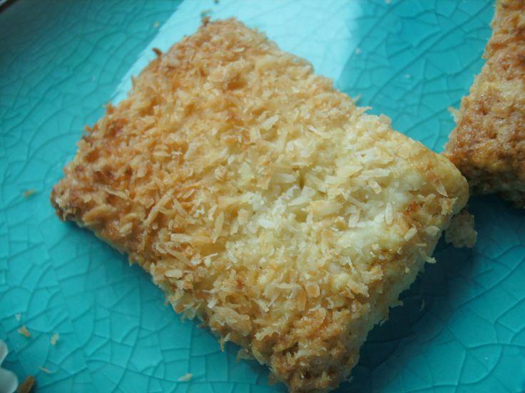 Des petits biscuits qui ne sont pas complètement croquants en fait, mais croquants par la noix de coco et presque moelleux pour le reste. Je les ai déclinés en deux versions rectangulaire ou boule pour une vingtaine de biscuits : 60 g de noix de coco...