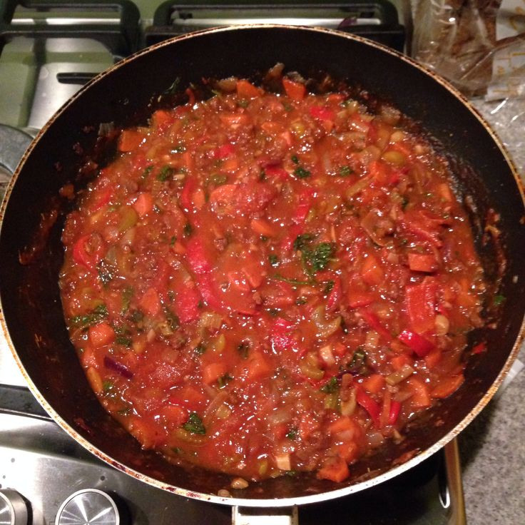BOLOGNAISE SAUS // Knoflook // Ui // Chili Peper // Bleekselderij // Winterpeen // Tomaten (Ontvelt In Heet Water) // Rode Punt Paprika // Vega Gehakt // Rode Wijn (Shiraz) // Groente Bouillon Blokje (Zonnatura) // Tomatenpuree // Italiaanse Kruiden // Peterselie (vers) // Basilicum (vers) // Peper uit de molen