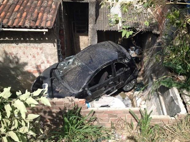 Em PE, motorista perde controle do volante e carro cai em quintal de casa  Veículo atingiu também caixa d'água de mil litros, segundo moradores.  Ninguém se feriu gravemente em acidente.  Um motorista perdeu o controle de um automóvel em uma ladeira, atingiu uma caixa d'água e caiu no quintal de uma casa na manhã desse domingo (24), no bairro de Zumbi do Pacheco, em Jaboatão dos Guararapes, Região Metropolitana do Recife. Ninguém se feriu gravemente no acidente e o motorista do carro estav