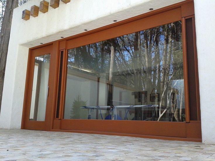Puerta con ventana panoramica aluminio acabado madera for Puertas para terrazas madera
