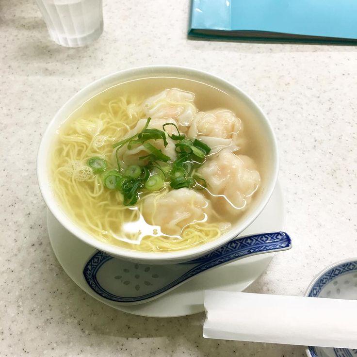 神戸 お粥食べたくて来たけど、メニュー見てたらワンタン麺が食べたくなったので鮮蝦雲吞麵(香港式海老ワンタン入りラーメン)。 キラキラスープにブリンブリンの海老ワンタン美味し✨ 多分ここは中国の人がやってるお店だけど、個人的に『神戸の香港』だと思ってるお店。え?ここ?っていう路地の奥にあるのも◎ 相変わらずクリアファイルに入った簡素なメニューとBGMのない緊張空間(?)が面白い。厨房から聞こえる会話は中国語オンリーという異国感ローカルっぽさが好物な人には特にオヌヌメのお店 ✈️あー香港行きたい #20170209 #圓記 #神戶 #kobe #鮮蝦雲吞麵 #雲吞麵 #ワンタン麺 #海老ワンタン #ユンキー #神戸 #元町