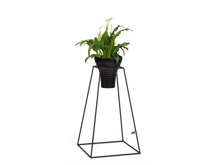 Stojany na květiny Frustum vytvoří i z pokojovékvětiny běžné velikosti nepřehlédnutelný solitér nebozpříjemní vašezákoutí u oblíbeného křesla, případně oživídoposud nevýraznýkout ve vašem interiéru. Cena je za samostatnýstojan bez doplňků. Cena zahrnujeDPH.