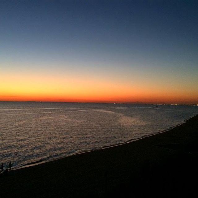 Sunset walks 👣 Loving these balmy nights in Melbourne 👌🏽 #bayside #beachlife #sunset #melbourne #loveit #balmynights #evening #stroll #melbournelifelovetravel #instasunset #instagood #instanight #thatview #beautiful #picturesque #landscape #scenery