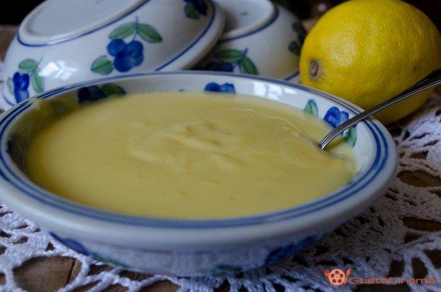 Crema pasticcera è una ricetta di base molto utilizzata in pasticceria. Gustosa da sola servita con biscotti. Ottima anche per farcire torte, crostate o biscotti.
