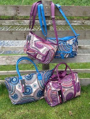 Nu ook online verkrijgbaar, deze fantastische zomerse tassen! Drie modellen, twee kleuren en er is ook een bijpassende portemonnee verkrijgbaar. Word er blij van, alleen nog even bedenken welke kleur en welk model......