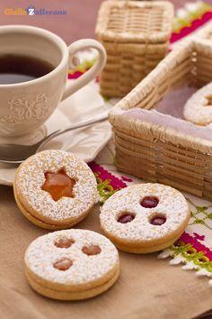 I biscotti tirolesi con confettura di fragole, sono degli squisiti dolcetti a cui è impossibile resistere! #Natale #Christmas #ricetta #GialloZafferano http://speciali.giallozafferano.it/natale