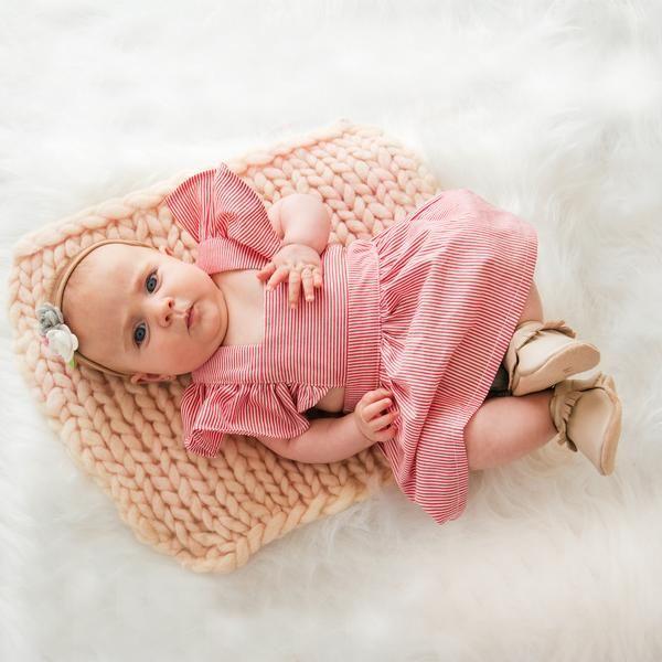 Vestido-bebê-infantil-menina-com-alça-de-babados-em-algodão-listra-vermelho-padronagem-listrado-vermelho-branco-tendência-moda-bebê-verão-retrô-vintage-delicado-delicado-simples-puro