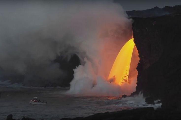 Cascadă de lavă (31.12.2016) ce se varsă în Oceanul Pacific din vulcanul Kilauea, activ din anul 1983  - Insula Mare din Arh. Hawaii, statul federal Hawaii, SUA
