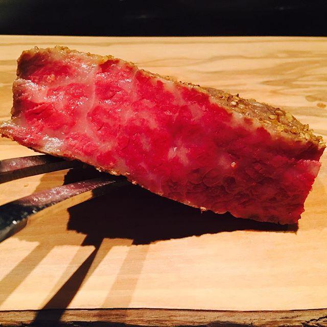 牛ユッケでご提供いたしますお肉です。 醤油、すりおろし玉ねぎ、胡麻油、山椒などで、サーロインをマリネし、低温調理でしっとりとしたお肉に仕上げました。#A5 #ヒレステーキ #フィレステーキ #サーロイン #ステーキ #肉 #鉄板焼き #ステーキハウス #焼肉 #法善寺横丁 #千日前 #大阪日本橋 #宗右衛門町 #道頓堀 #三津寺 #千年町 #大阪グルメ #心斎橋グルメ #難波グルメ #記念日 #接待#高級レストラン #specialdinner #meet #osaka #steak #soemoncho #