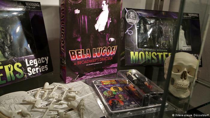 "Barang Milik Vampir Produk-produk yang menumpang sukses buku dan film vampir juga mengisi kamar-kamar anak-anak. Baik itu kartu permainan, kostum ataupun gigi plastik. Hampir tidak ada orang yang tidak mengenal barang-barang yang bermitoskan vampir ini. Barang-barang ini juga ditampilkan dalam pameran ""Pangeran Kegelapan"" di Düsseldorf."