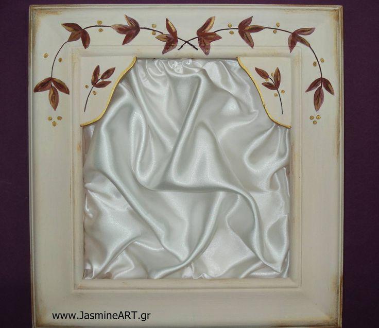 Στεφανοθήκη φυλλαράκια  Χειροποίητη στεφανοθήκη με ζωγραφιστά κλαδάκια με φύλλα. Σε σομόν χρώμα. Διατίθεται με εσωτερική επένδυση σατέν ή δαντέλα στα χρώματα της επιλογής σας. Διαστάσεις 31Χ33cm.  Τιμή:83.00€