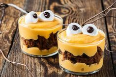 Quer surpreender seus convidados na sua Festa de Halloween? Então aprenda esta deliciosa e apavorante receita de bolo monstro de chocolate e baunilha.
