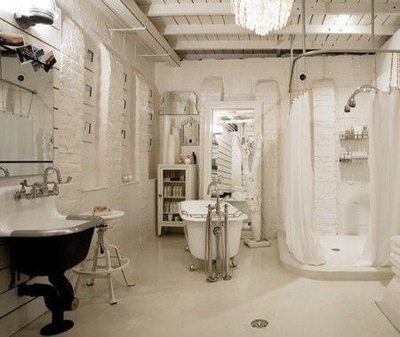 Une salle de bain éclectique