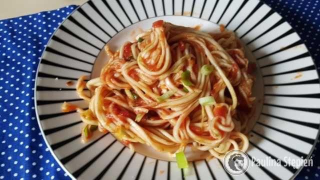 Obiad na diecie warzywnej, makaron z cukinii z sosem pomidorowym