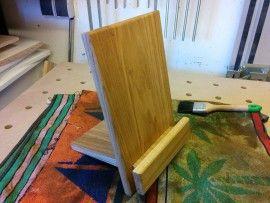 Caption: iPad-Ständer selber bauen Projekt aus März 2015 Meine Frau brauchte einen iPad - Ständer. Ich hatte noch Eiche-Leimholz übrig und baute eben einen. Geht recht schnell und ist sehr einfach nachzubauen. Sketchup - File im Downloadbereich!       Das erste Teil habe ich zuerst aus einem Stück gebaut und den Schlitz eingefügt. Anschließend aus... #eicheleimholz #festoolkapex #festoolmft