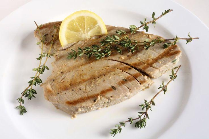 Thunfischsteak mit Blattspinat und Zucchinigemüse Fisch sollte mindestens einmal in der Woche auf dem Speiseplan stehen –wenn er dann so lecker ist wie unser Thunfischsteak ist das auch gar kein Problem!  Zutaten für 2 Personen:  2 frische Thunfischsteaks 500 g Blattspinat (geforen) 1 Zucchini 2 Kartoffeln 4 frische Champignons 1 Zitrone Gewürze (Thymian, Rosmarin, Salz, Pfeffer) 2 Zwiebel 1 Knoblauchzehe  Zubereitung:  Für den Spinat:  1 Zwiebel und Knoblauch klein