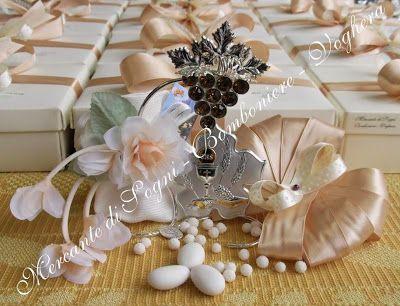 """Mercante di Sogni - Voghera - Bomboniere e Stampati dal 1969 - Vendita ai privati  Collezioni D.P. """"GIULY AMBRA""""  Grappolo uva cristalli ambra e basevetro sfumato o madreperlato ambra. Eleganti e raffinate composizioni realizzate con: metallo a bagno d'argento 925 trattato, vetro, cristallo.  Icone Cerimonie  Read more: http://mercantedisognivoghera.blogspot.com/#ixzz3aCASSMTD"""