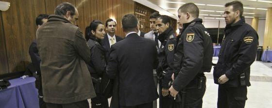 La votación del Colegio de Abogados termina con la intervención de la Policía   Madrid   EL PAÍS