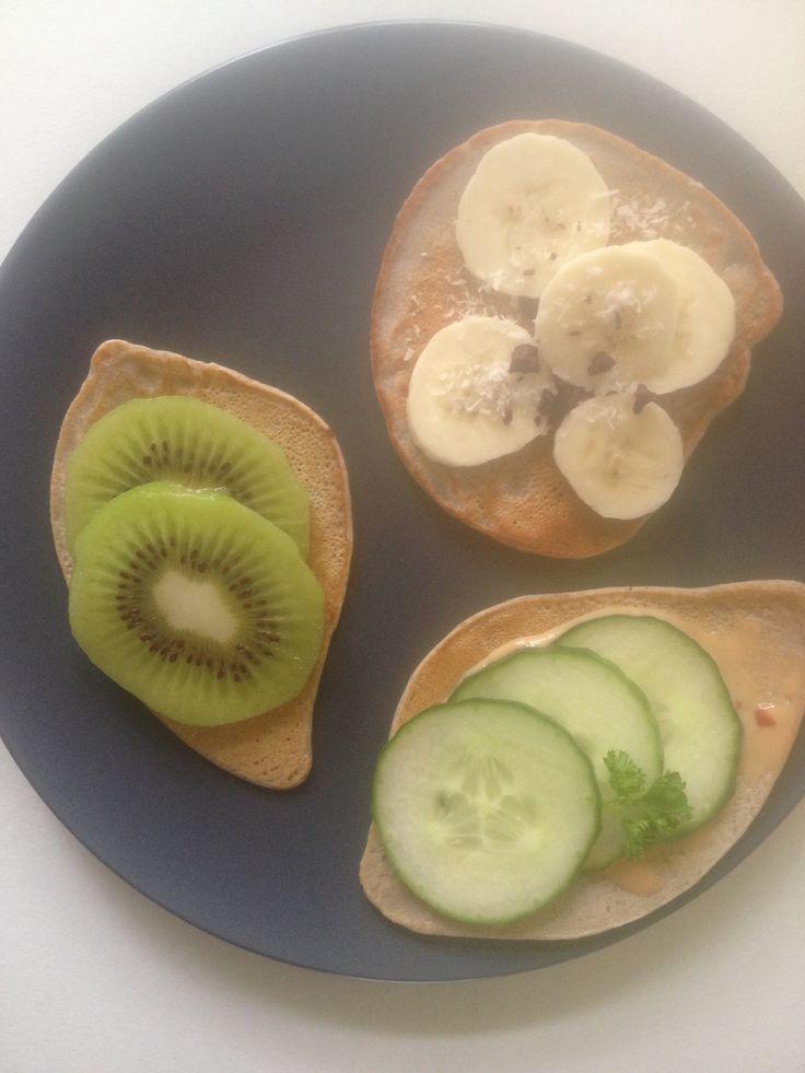 Lekkere lunch van boekweit pannenkoekjes met fruit en hartig beleg