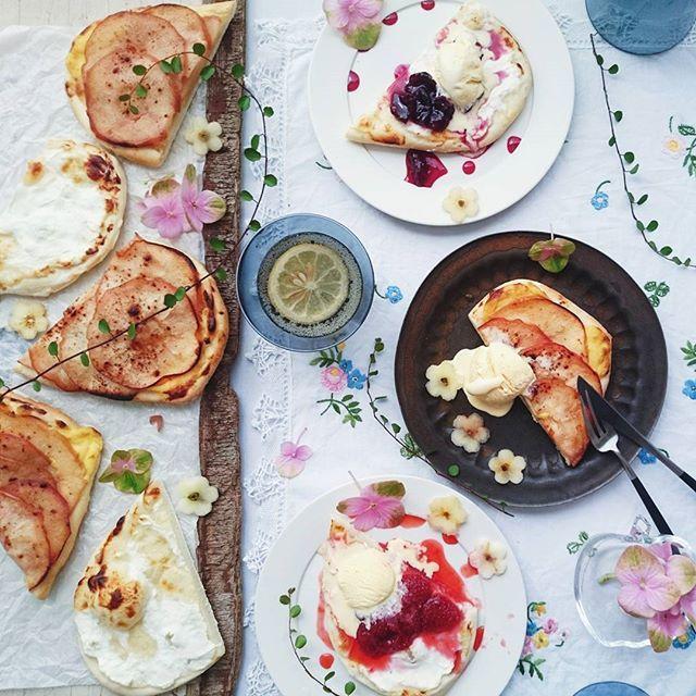 * * Today's bake 😋 Tarte Flambee. custard cream with caramel cinnamon apple 🍎 . drainer yogurt with strawberry jam 🍓 or cherry jam🍒. + Vanilla ice cream 🍦 . . 渡辺麻紀さんの「タルトフランベ」から生地を。 自家製カスタードクリームにキャラメルシナモンアップルをのせて焼いたものと、水切りヨーグルトを塗って焼いてから 自家製あまおうのイチゴジャム、チェリージャム。 どれも バニラアイスをのっけて。 . . ピザ生地のようなタルトフランベ。 デザートにするならもうすこし薄くするべきだったかな。 もっとパリパリのほうが美味しかっただろうと思う。 1切れでおなかいっぱい😋 . . さて。曇ってきたぞー。 息子プールのお迎えから帰ってくるまで ふりませんように。 * * * コメント欄お休みさせていただいてます。 * * *