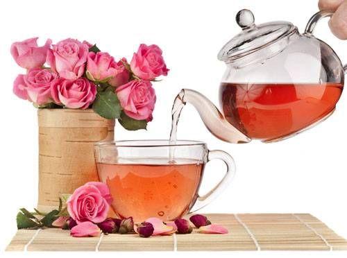 Чайная роза - самая красивая роза, обладающая тонким ароматом. Из лепестков чайной розы можно приготовить полезный чай, масло чайной розы и розовую воду.