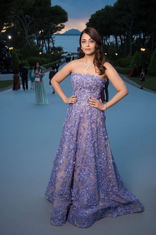 Gorgeous Indian Girl Aishwarya Rai Exclusive Pictures In Different Kind Of Dresses Like Designer Outfits, Skin Fit, Long Skirt, Saree Etc. Latest New Dresses Of Aishwarya Bachchan Free...