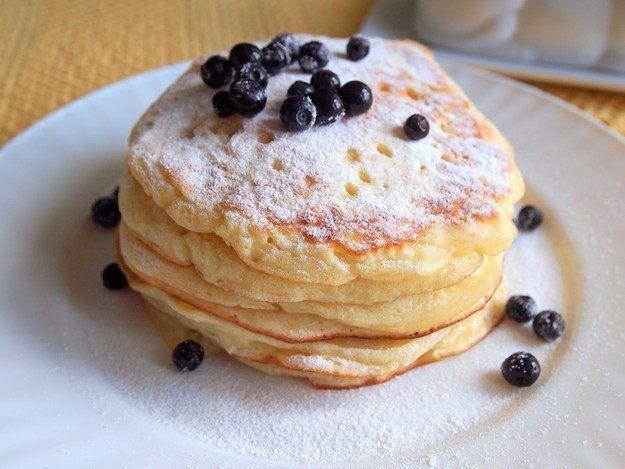 Оладьи на йогурте за 30 минут: идеальный завтрак  Каждая хозяйка время от времени задается одним и тем же вопросом: что приготовить на завтрак? Ни муж, ни дети не захотят есть молочные каши каждый день, даже несмотря на их неоспоримую полезность. Попробуйте приготовить им оладьи на американский манер: толстые, диаметром 10-12 сантиметров, с хорошо прожаренными боками и легкой текстурой.   Благодаря тому что в состав теста входит натуральный йогурт, они получаются очень нежными. Их можно…