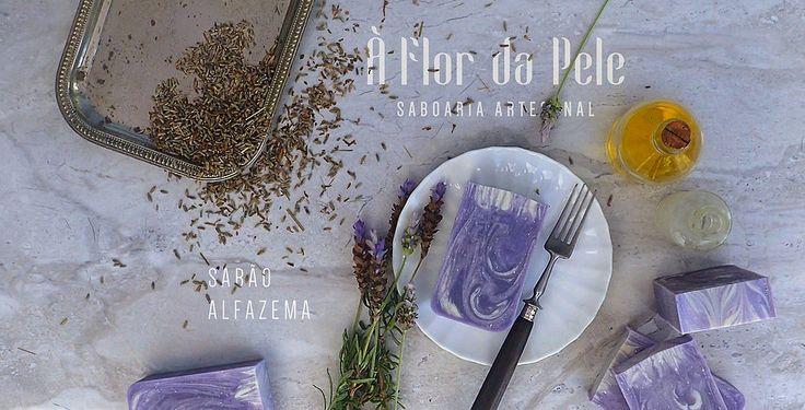 SABÃO ALFAZEMA - À Flor da Pele - Saboaria Artesanal Azeite, água, óleo de palma, óleo de coco, hidróxido de sódio, óleo de rícino, manteiga de karité, corante cosmético lilás e óleo essencial de alfazema