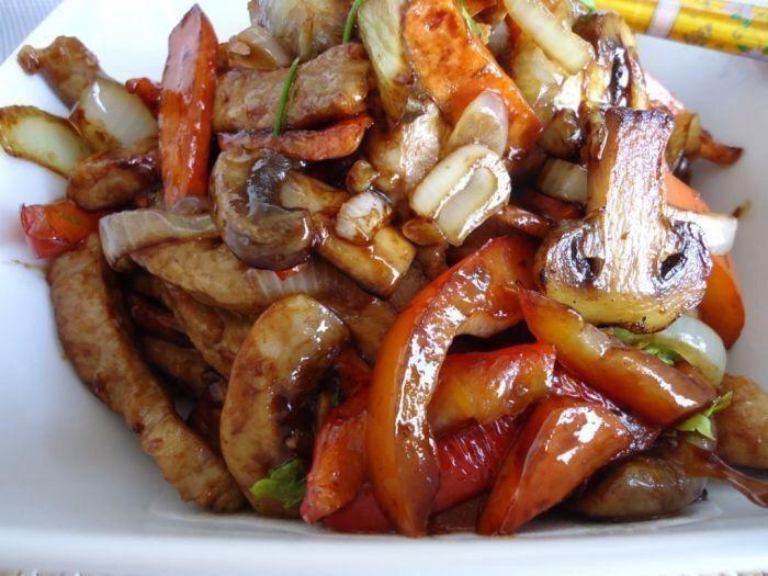Куриное филе тушеное с овощами  Ингредиенты:  • Куриное филе - 300 г • Морковь - 2 шт • Перец болгарский - 1 шт • Грибы шампиньоны - 120 г • Лук - 1 шт • Соус соевый - 50 мл • Сок лимонный - 1 ч. л  Приготовление:  Нарезаем все продукты удобными для вас кусочками одинакового размера. На раскалённой сковороде во на большом огне на быстро обжарьте в течение пары минут подготовленное мясо. Мясо в сковороду кладем порциями , что бы при выделении сока оно успело прожариться до появления…