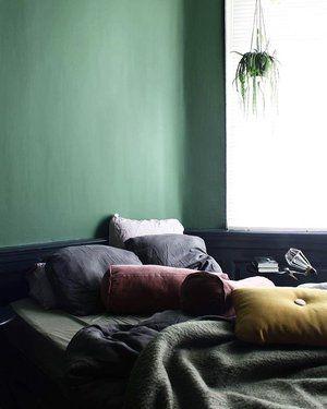 Good morning sunday ✌️ Onze nieuwe kleur zit op de muren en plafond van de slaapkamer, zo blij mee 😃 Straks de gordijnen ophangen en de kamer is klaar. Enjoy today!