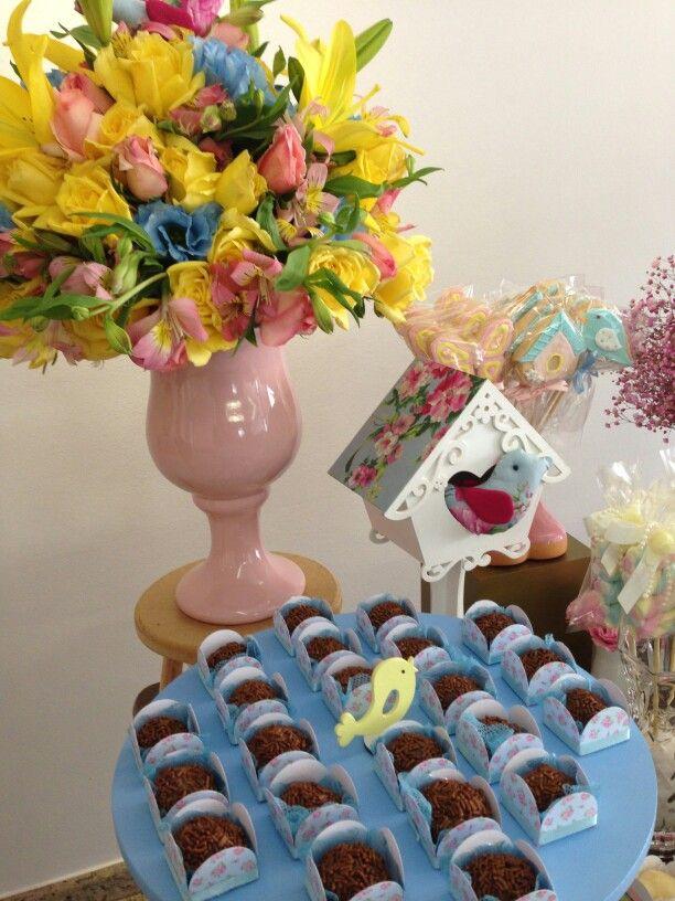 Decoração floral amarelo, rosa e azul bebê