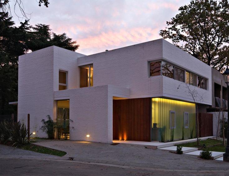 Casa en la Horqueta, diseño moderno con interiores en madera. Utilización de ladrillo enrasado en su fachada... ¿Te lo vasa perder? Solo en Mundo Fachadas!