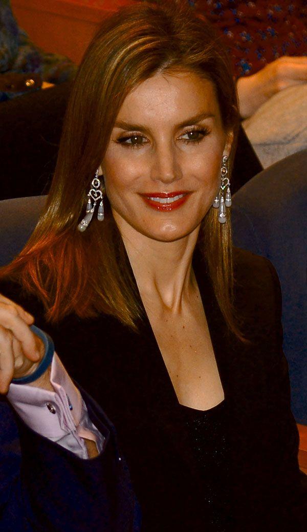 Letizia eligió los pendientes Chandelier de Yanes, que estrenó en junio de 2009. En el maquillaje, marcó más los labios, con un tono frambuesa con acabado gloss, sus habituales pestañas extra-large y un toque dorado en las mejillas.