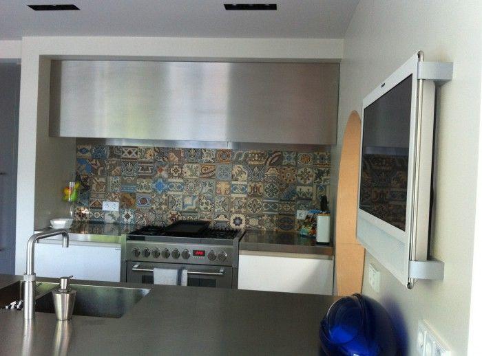 Patchwork antieke tegels uit de collectie van FLOORZ toegepast als achterwand in een keuken.