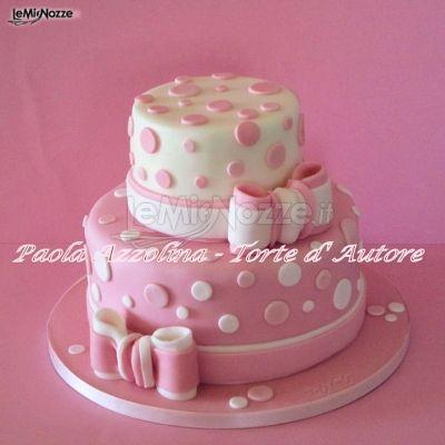Torta nuziale rosa con pois di zucchero bianchi