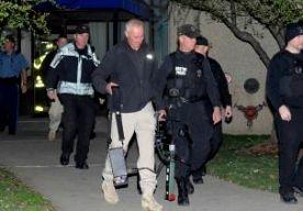16-Apr-2013 6:37 - HUISZOEKING NA AANSLAG BOSTON. Op een adres in een voorstad van Boston wordt een woning doorzocht. De politie bevestigt dat de huiszoeking in Revere te maken heeft met het onderzoek naar de aanslag tijdens de marathon van Boston. Volgens lokale media is maandagavond plaatselijke tijd een huiszoekingsbevel afgegeven. Het is nog onduidelijk wie achter de bomaanslagen zit. Onderzoekers zeggen dat ze in een ziekenhuis hebben gesproken met een Saudiër. Hij zou vlak bij de...