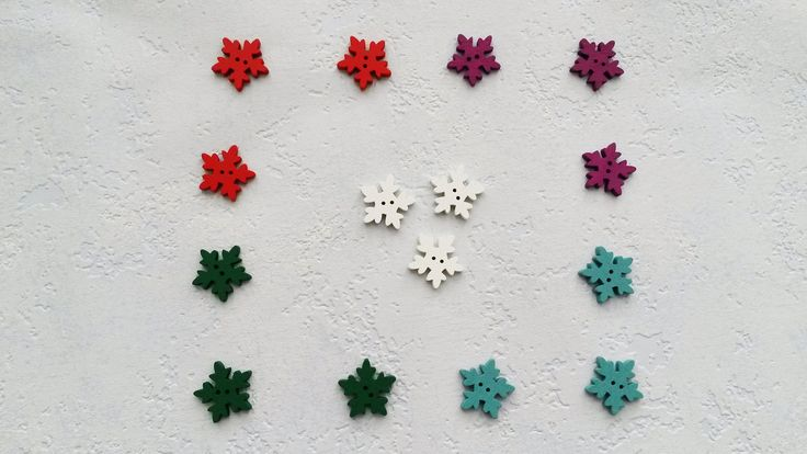 Balíček knoflíků (15 ks) Dřevěné knoflíkyve tvaru sněhové vločky se dvěma dírkami. Průměr 25 mm. Barevná kombinace a množství: Červený - 3 ks Zelený - 3 ks Bílý - 3 ks Fialový - 3 ks Tyrkysový - 3 ks Cena za balíček (15 ks). Zaslání zásilky v bublinkové nebo obyčejné obálce.