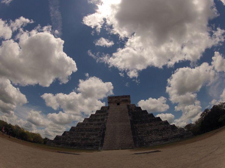 Tempio di Kukultkan, o Quetzalcoatl, costruito da nove terrazze a piramide, per un'altezza di 24 metri, con in cima la cappella sacra. Vi si accede salendo 365 gradini, il più evidente di tanti simboli presenti, legati al calendario e all'astronomia, scienza in cui i Maya avevano raggiunto sorprendenti livelli di conoscenza. - See more at: http://travelling.travelsearch.it/2011/09/22/spunti-di-viaggio-cancun-alla-fine-dello-yucatan-nel-messico-meridionale/40244#sthash.0yiD6ef6.dpuf