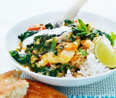 Den här läckra fiskrätten med touch av Indien serveras med typiskt indiska tillbehör som naanbröd och myntayoghurt.