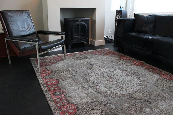 Grijs vintage tapijt met roze/rode accenten! #vintage #recolouredtapijt