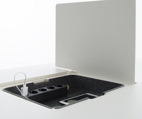 W blacie stołu Pad Table umieszczono komorę ze stacją do ładowania smatfonów i tabletów. Funkcjonalne rozwiązanie:)