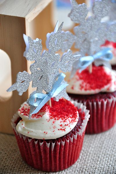 Such sparkly Snowflake Cupcake Toppers inspired by Disney's Frozen.  Perfect for a Frozen Themed birthday party.  Found these at www.confettimomma.com.