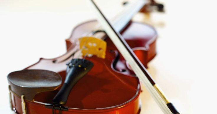 La historia del Stradivarius. Antonio Stradivari fue un fabricante de violines legendario en los siglos 17 y 18. Los violines Stradivarius son considerados los mejores del mundo y los precios de algunos alcanzan más de US$3 millones debido a la calidad de la música que producen. El método exacto que utilizo para hacer sus violines aún no se ha duplicado, aunque muchas personas ...
