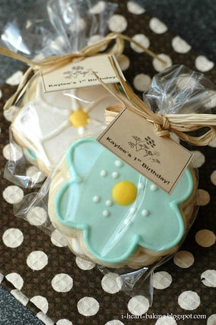 i heart baking!: flower sugar cookies with royal icing as Party Favors