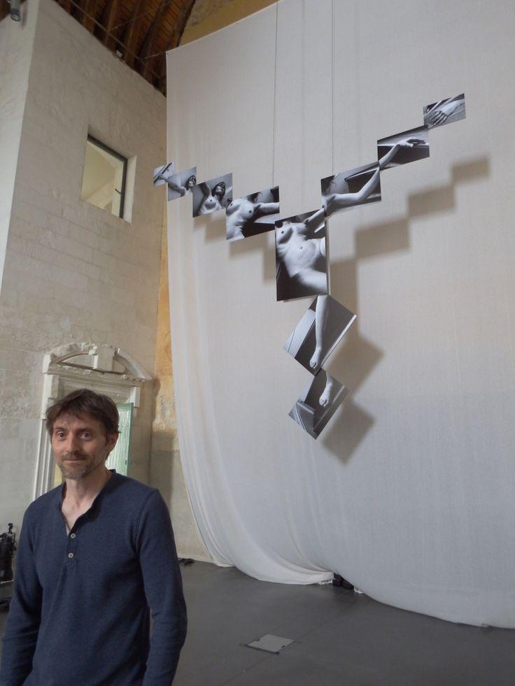 """Brno Del Zou // L'artiste devant son oeuvre majestueuse (4 mètres d'envergure) """"La chute"""" - (c) MyLigeriMag"""