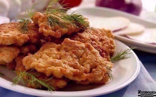 Ингредиенты: куриная грудка - 3 шт 2-3 ст. л. майонеза 1 яйцо 2-3 ст. л. муки или крахмала соль, перец по-вкусу 3-4 зубчика чеснока щепотка карри  Приготовление: 1. Куриное мясо порезать меленькими кубиками, добавить майонез, яйцо, муку, соль, перец, выдавить чесночка. 2. Должно получиться как тесто на оладьи и выпекать так же как оладьи на растительном масле.