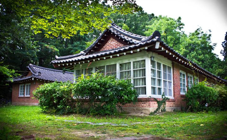 The Linton House in Daejeon, mixing U.S. mid-century modernism and traditional Korean hanok architecture, was built in the 1950s by William Alderman Linton, a Presbyterian minister who founded Hannam University. / Courtesy of Nate Kornega
