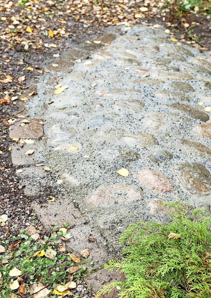 Hankalan ja epäsiistin rinteen saa kuriin kiveyksellä. Katso Meidän talon ohjeet ja tee rinteen kiveys pyöreillä seulanpääkivillä.
