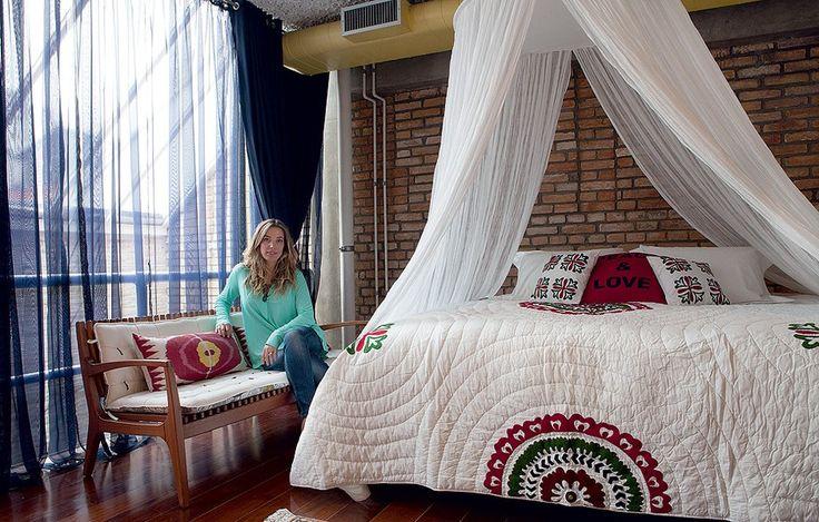 Uma grande claraboia ilumina a casa de três andares. O quarto fica protegido por uma cortina, que pode vetar completamente a luz ou apenas suavizá-la, como está na foto.