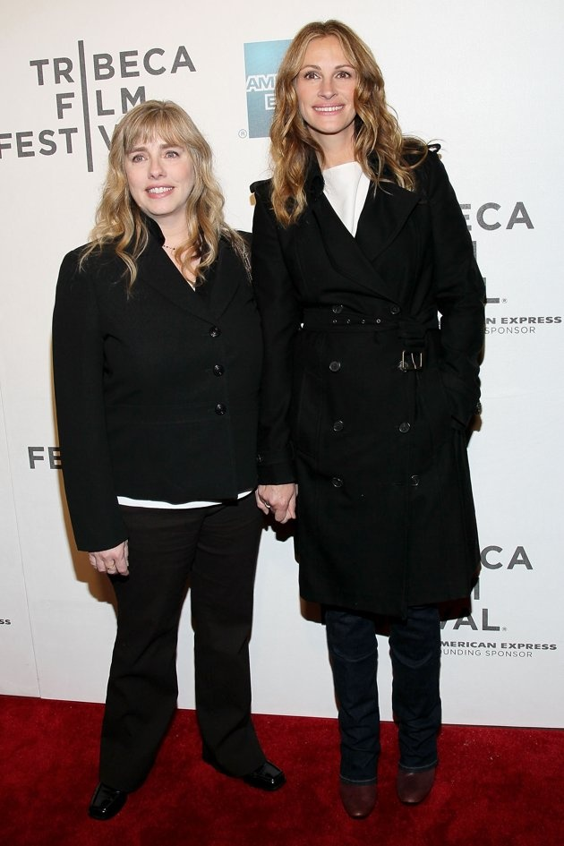 "Lisa and Julia Roberts Lisa Roberts Gillan (she's married to actor Tony Gillan) has appeared alongside her sister in ""Mona Lisa Smile,"" ""Runaway Bride,"" ""Eat, Pray, Love,"" and even on an episode of ""Friends."""